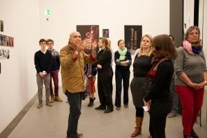 Der Künstler führt selbst durch die Ausstellung
