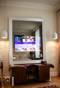 Ein riesiger Spiegel, der zum Fernseher wird